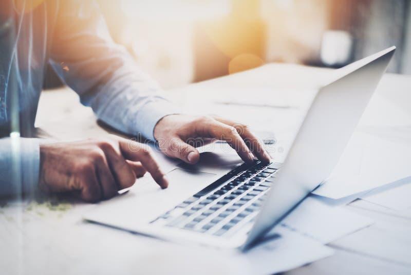 Бизнесмен фото работая с родовой тетрадью дизайна Печатая сообщение, клавиатура рук Запачканная предпосылка, влияние bokeh стоковое изображение rf