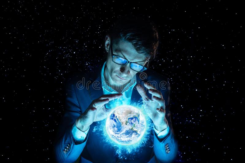 Бизнесмен человека держа руки над голубой накаляя сферой в форме земли планеты Элементы обеспечили NASA стоковые изображения rf