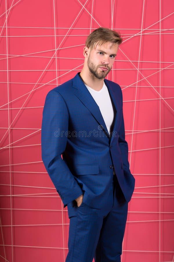 Бизнесмен человек серьезный Чувствуйте успех костюм бизнесмена уверенно Мужская официальная мода Мода дела и стоковое изображение rf