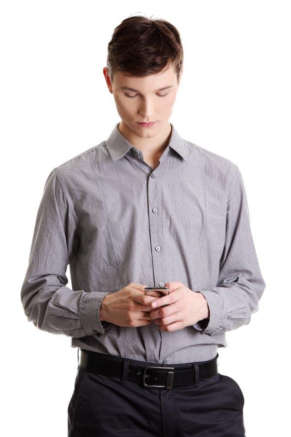бизнесмен читает sms стоковое изображение