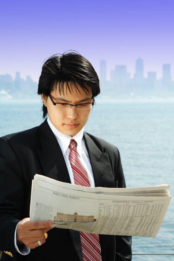 Бизнесмен чтения стоковые изображения rf