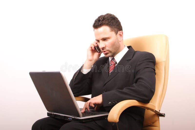 бизнесмен 2 вызывая красивую компьтер-книжку стоковое фото rf