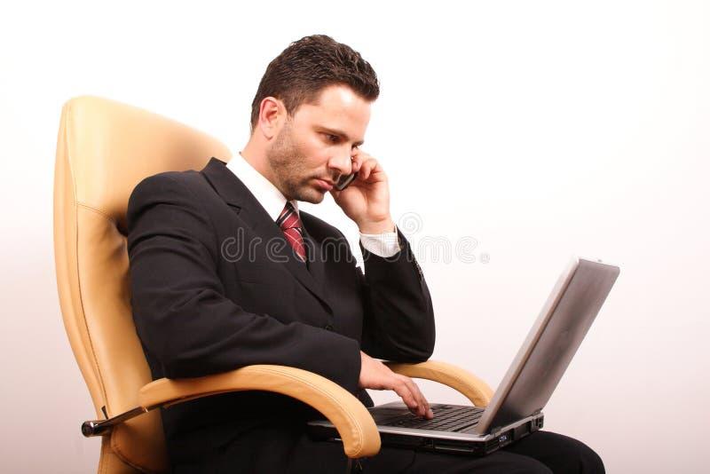 бизнесмен 3 вызывая красивую компьтер-книжку стоковое изображение rf