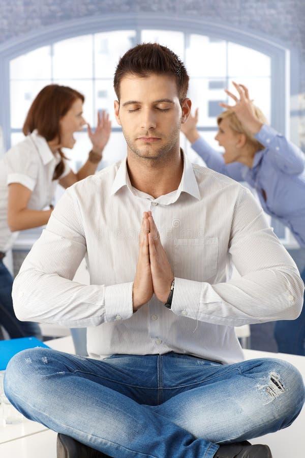 Бизнесмен meditating на офисе стоковые фотографии rf