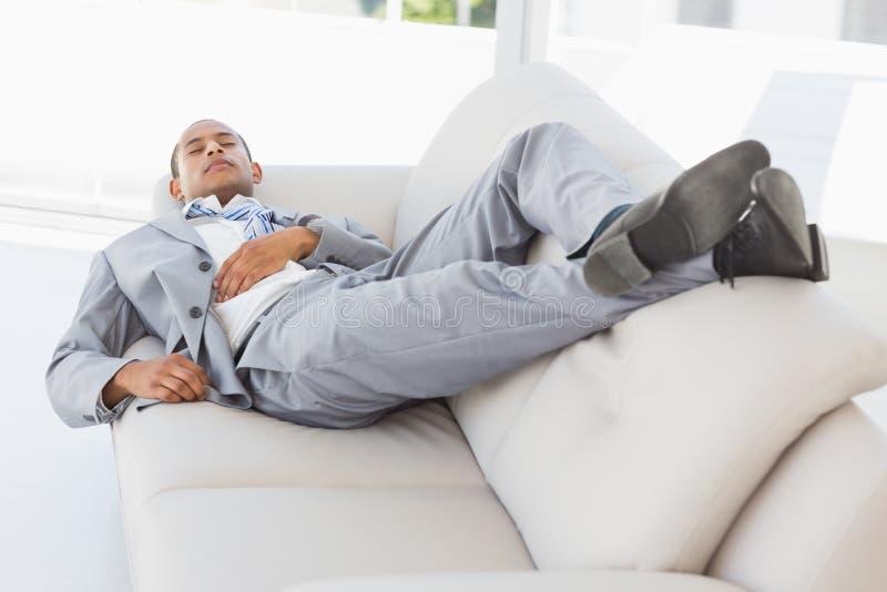 Бизнесмен napping на кресле стоковые изображения rf