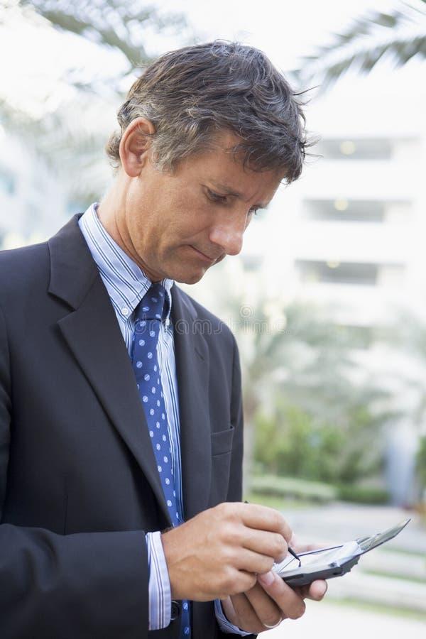 бизнесмен outdoors используя стоковое изображение rf