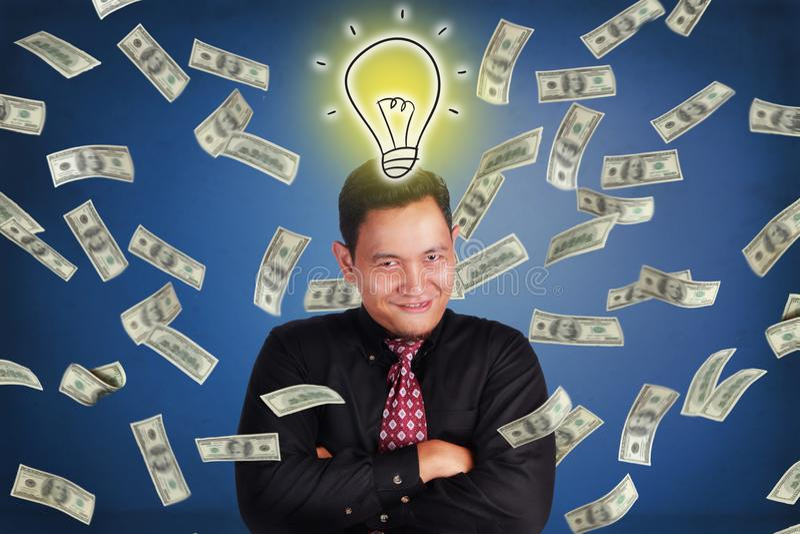 Бизнесмен Succesfull, дождь денег богатства от идеи стоковые изображения rf