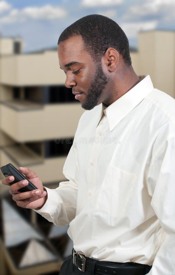 бизнесмен texting стоковое фото rf