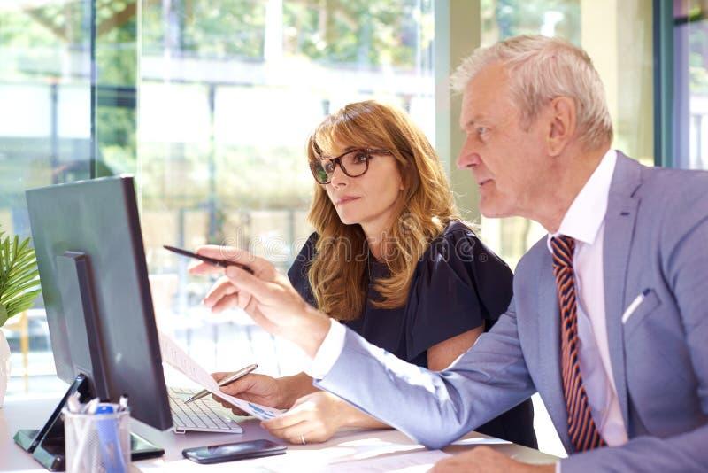 Бизнес-встреча в офисе стоковые изображения