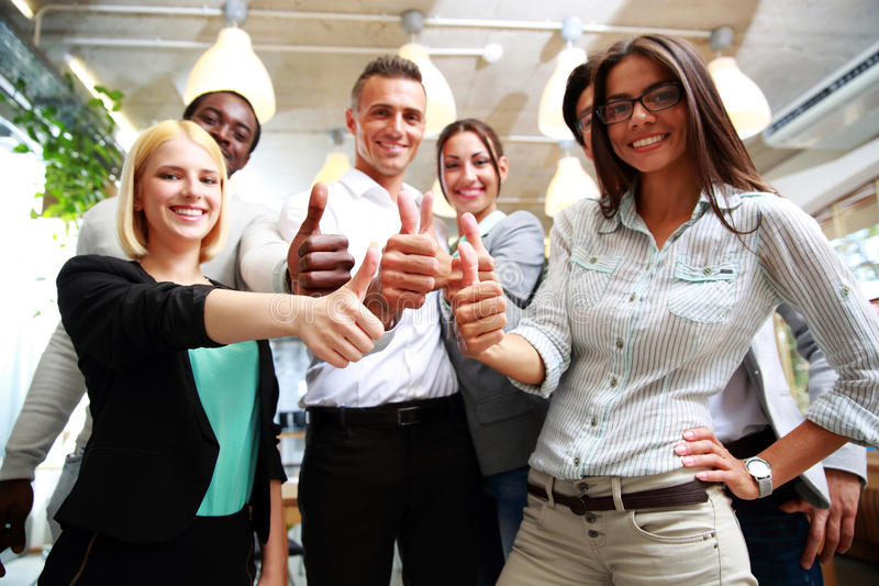 Бизнес-группа давая большие пальцы руки вверх стоковое изображение