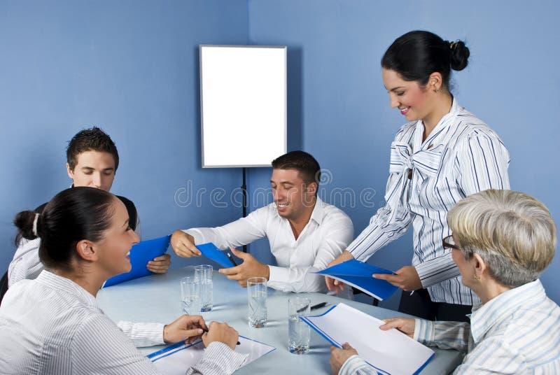 бизнес-группа встречая средние людей