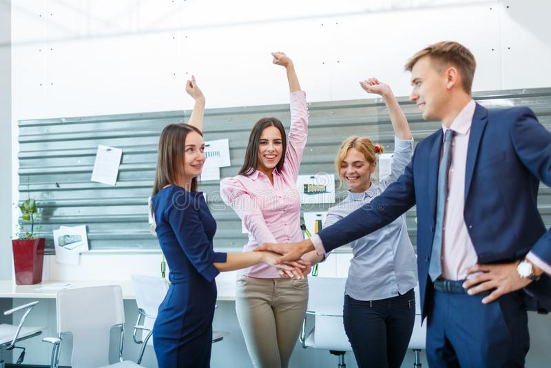 Бизнес-группа делает индивидуальные руки пока работающ в офисе стоковое фото rf