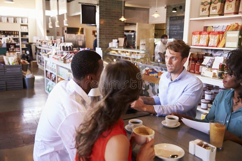 Бизнес-группа имея неофициальное заседание в кафе стоковая фотография rf