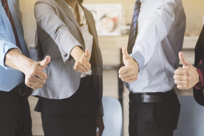Бизнес-группа и сыгранность давая большие пальцы руки вверх стоковые изображения rf