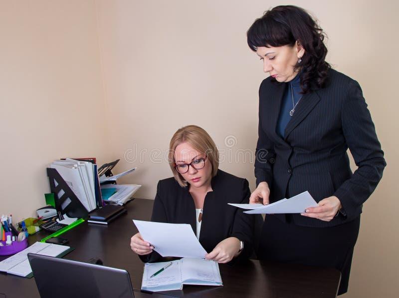 Бизнес-леди давая отчет к боссу стоковое изображение rf
