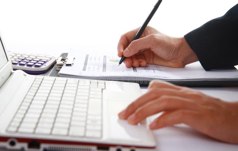 Бизнес-леди анализируя финансовые данные стоковое изображение rf