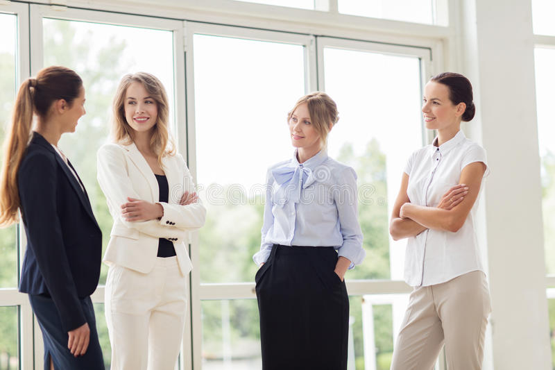 Бизнес-леди встречая на офисе и говорить стоковое изображение