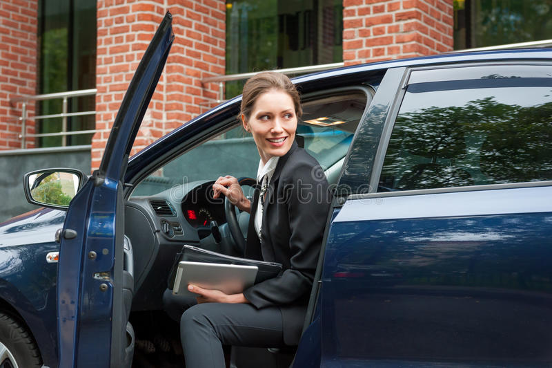 Бизнес-леди в автомобиле стоковые изображения rf