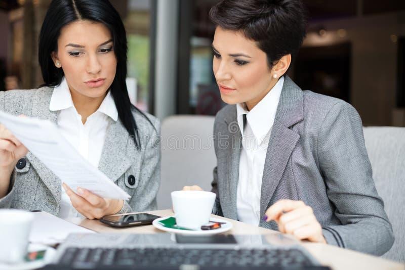 Бизнес-леди в встрече стоковая фотография