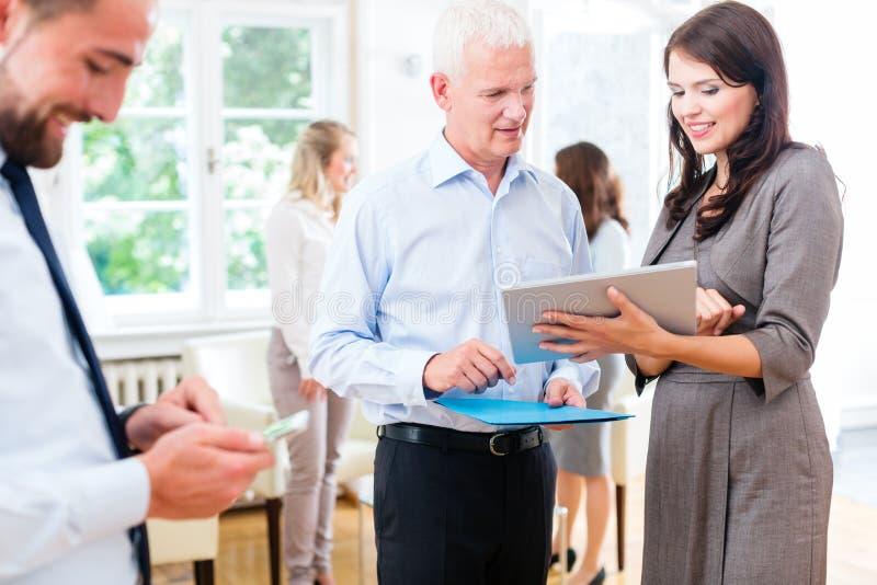 Бизнес-леди в офисе показывая представление босса стоковое изображение