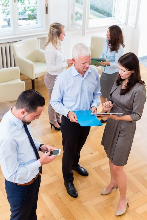Бизнес-леди в офисе показывая представление босса стоковые изображения