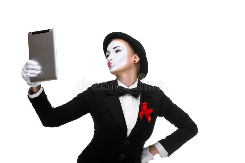 Бизнес-леди в пантомиме изображения держа ПК таблетки стоковое изображение
