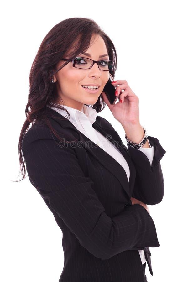 Бизнес-леди говоря на телефоне стоковое фото