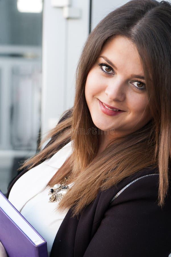 Бизнес-леди держа плановика стоковые изображения