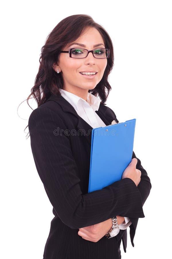 Бизнес-леди держит доску сзажимом для бумаги стоковые фото