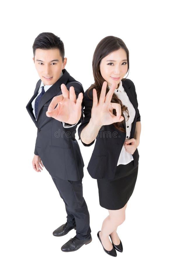 Бизнес-леди и человек дают вам одобренный знак стоковая фотография rf