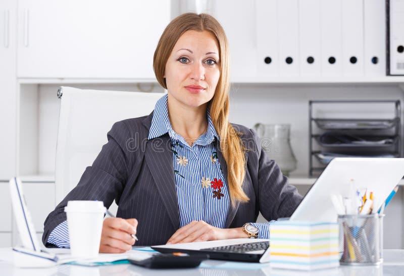 Бизнес-леди концентрируя на работе стоковая фотография