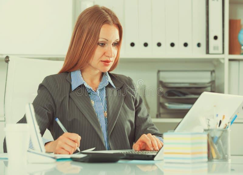 Бизнес-леди концентрируя на работе стоковое изображение rf