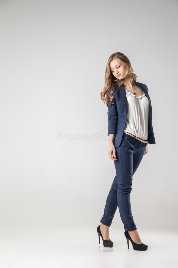 Бизнес-леди одетая в одеждах дела стоковое изображение rf