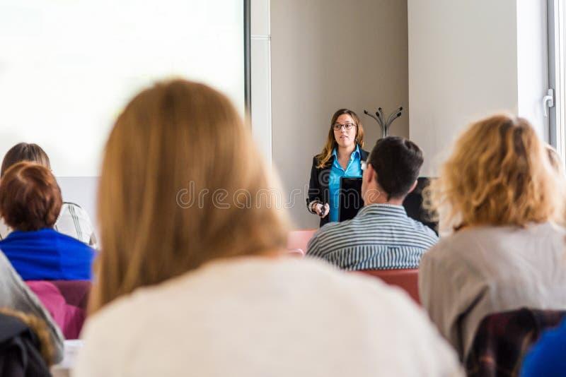 Бизнес-леди поставляя речь стоковое фото rf
