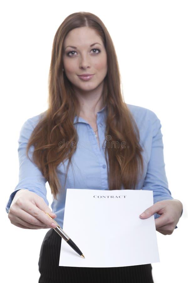 Бизнес-леди представляет контракт стоковое изображение