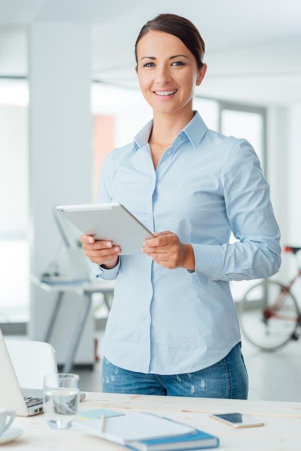 Бизнес-леди представляя с цифровой таблеткой стоковое изображение rf