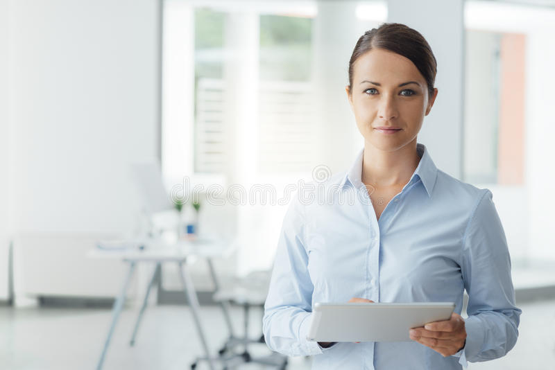 Бизнес-леди представляя с цифровой таблеткой стоковые изображения rf