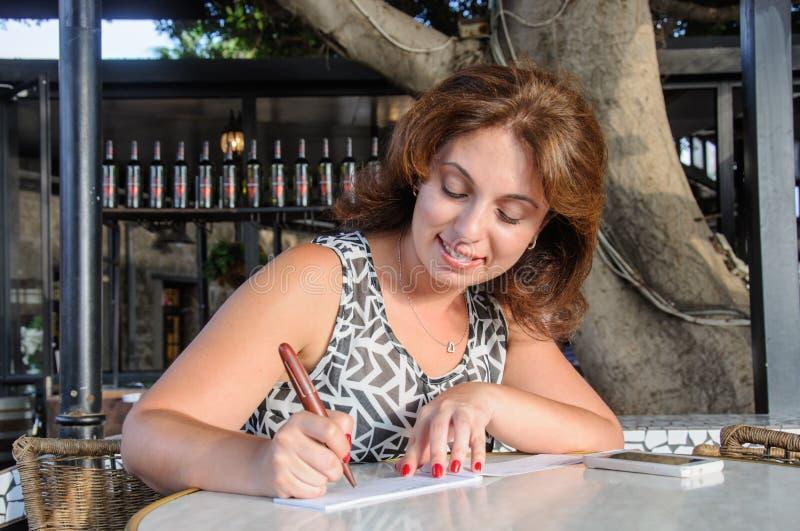 Бизнес-леди проверяют внутри чековую книжку стоковое фото rf