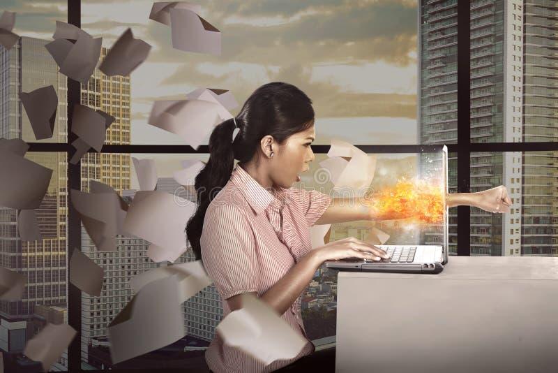 Бизнес-леди сердится с ее работой стоковая фотография rf