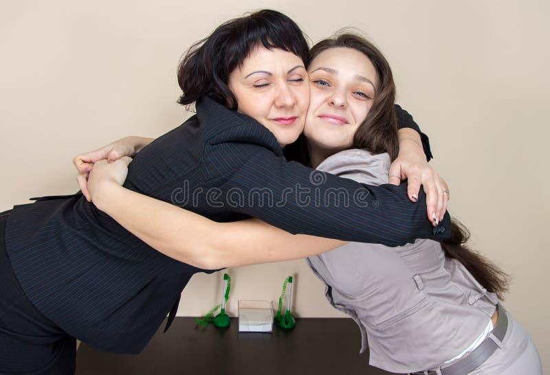 2 бизнес-леди сидя в офисе стоковые изображения rf