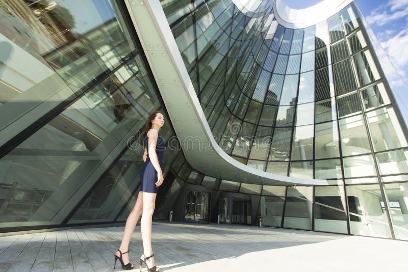 Бизнес-леди стоя на заднем плане современного делового центра стоковая фотография rf