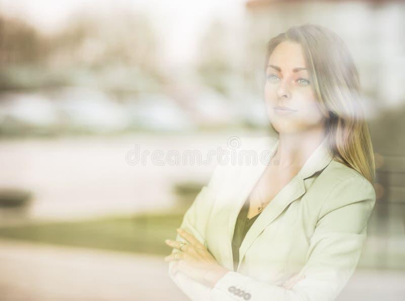 бизнес-леди стоя около ветра стоковое фото rf