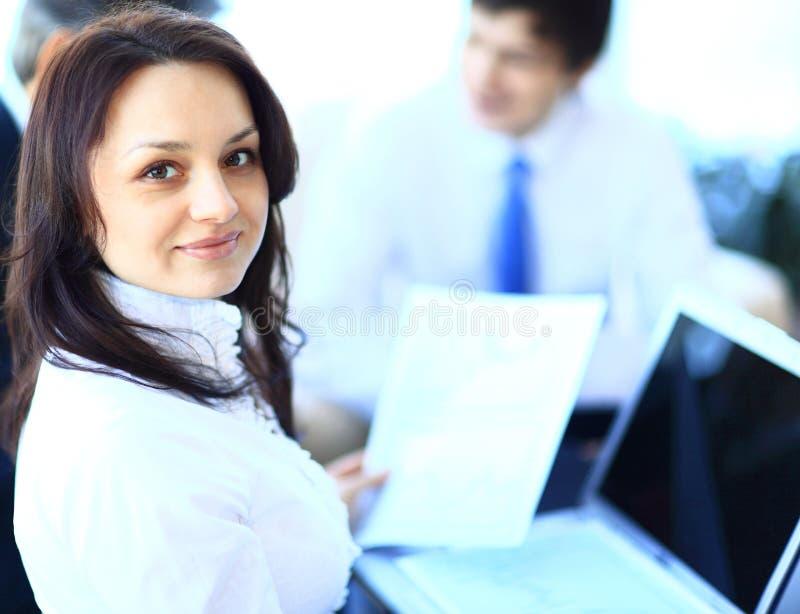 Бизнес-леди стоя с ее штатом стоковое фото rf