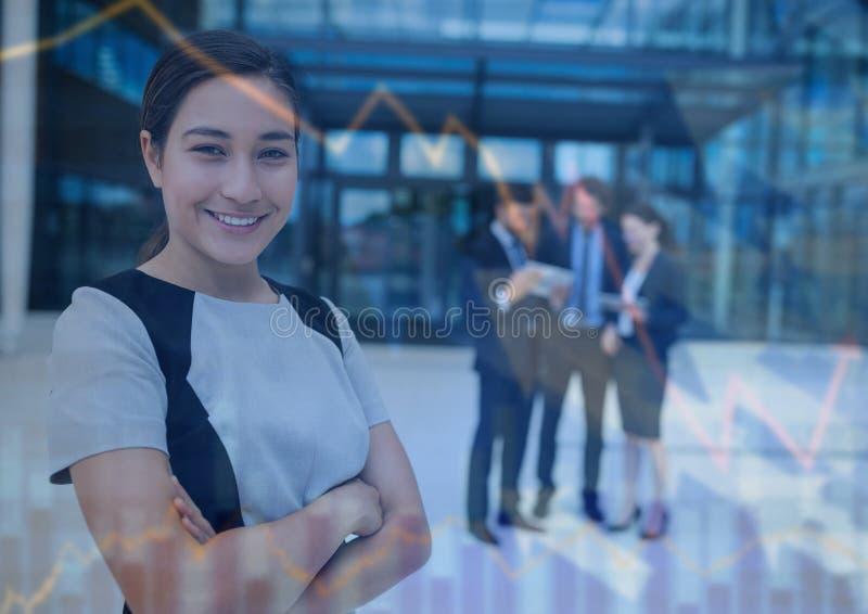 Бизнес-леди с сложенными оружиями и верхним слоем графика стрелки и диаграммы иллюстрация штока