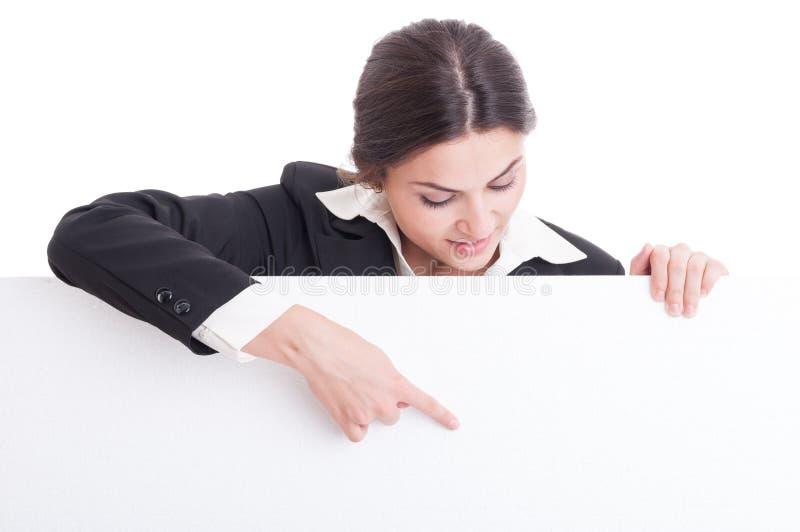 Бизнес-леди указывая на белый пустой картон с космосом экземпляра стоковое изображение rf