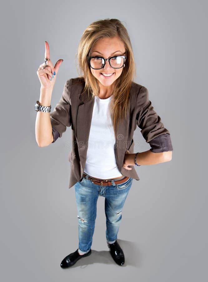 Бизнес-леди указывая показывать и смотря к стороне вверх стоковое фото rf