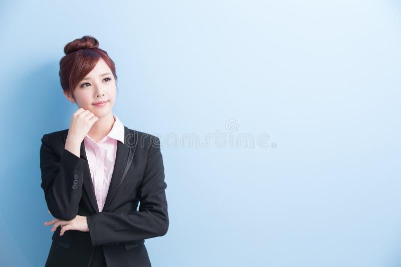 Бизнес-леди думает что-то стоковая фотография rf
