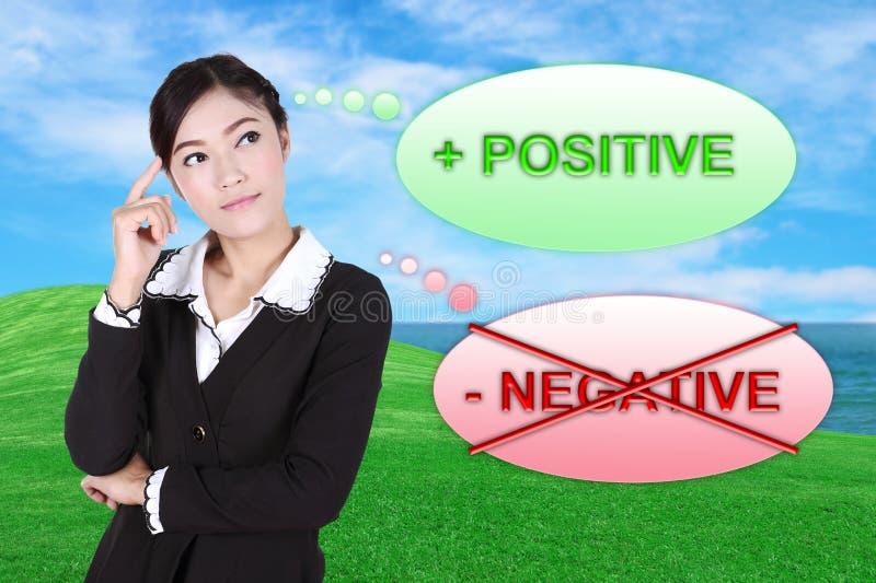 Бизнес-леди думая около положительное с полем зеленой травы стоковая фотография rf