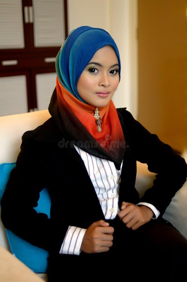 Бизнес-леди Muslimah в головной улыбке шарфа стоковые изображения