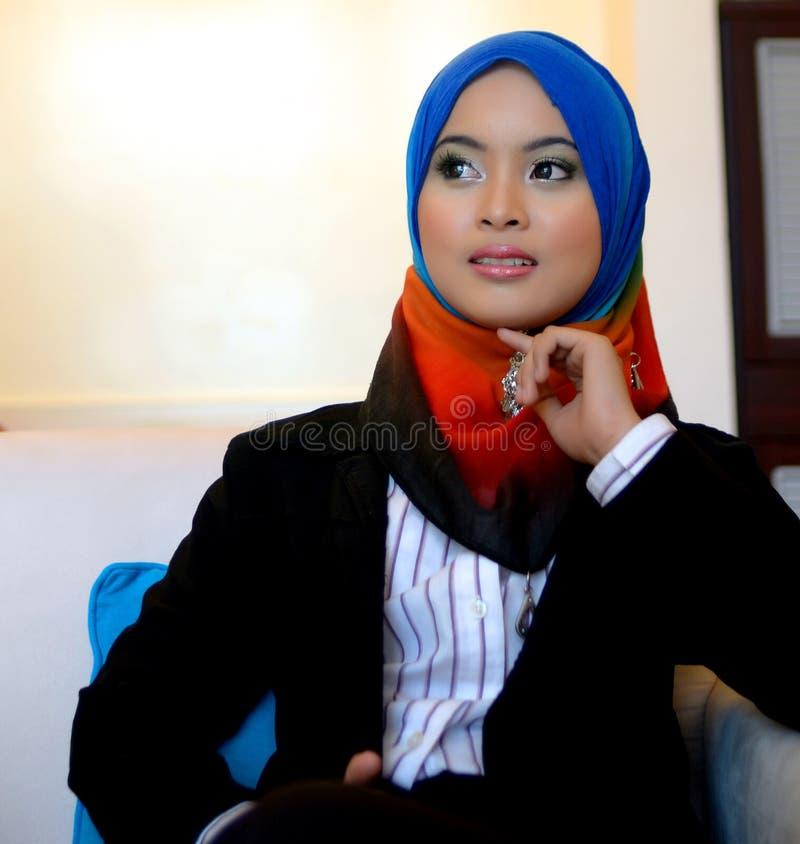 Бизнес-леди Muslimah в головной улыбке шарфа стоковые фотографии rf
